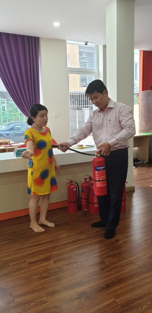 nhân viên HTH tư vấn cách sử dụng bình chữa cháy