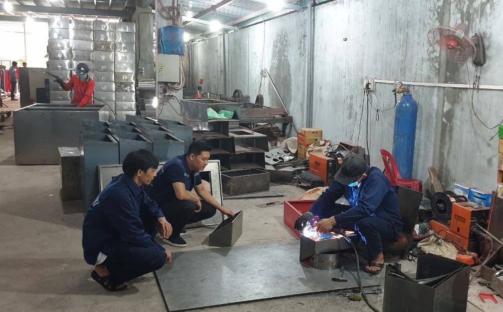 nhân viên xưởng sản xuất thiết bị pccc TPHCM